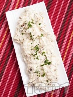 Салата предястие от пържени тиквички с цедено кисело мляко, майонеза и чесън - снимка на рецептата